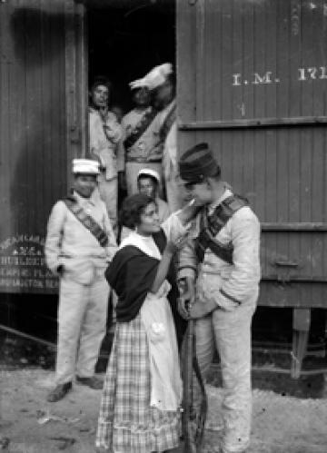 Soldier says goodbye to his wife in the Buenavista station (1913). Agustín Víctor Casasola